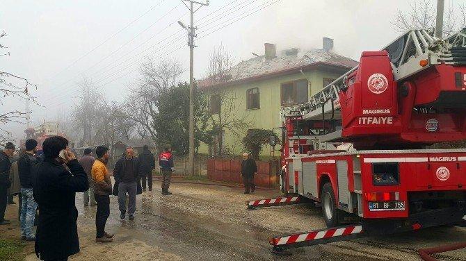 İki Katlı Evin Çatısında Çıkan Yangın Korkuttu