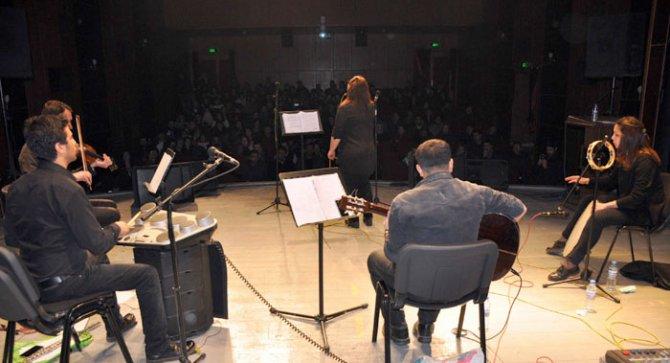 Öğretmenlerden öğrencileri ısıtan konser