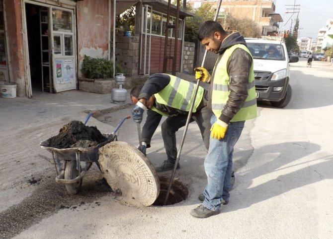 Kırıkhan'da tıkalı ana bacalar temizleniyor