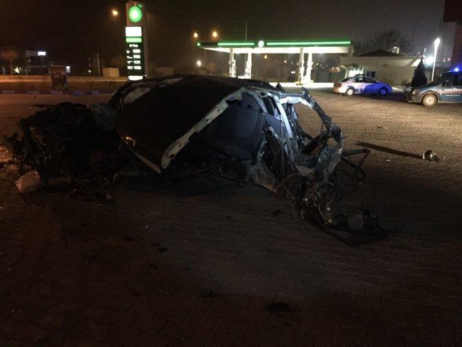 Elektrik direğe çarpan otomobil sürücüsü öldü