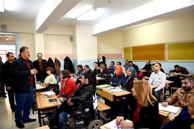 Başkan Çakır, Kursiyerlere Hazırlık Kitabı Dağıttı