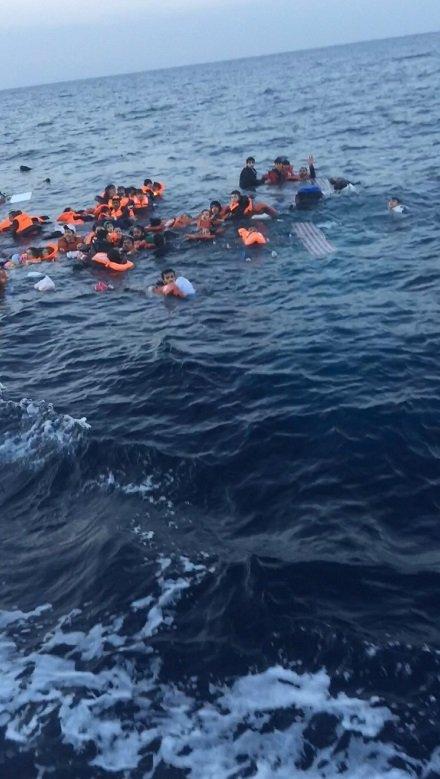 65 kaçak göçmenin denizde ölüm kalım mücadelesi görüntüleri yayımlandı