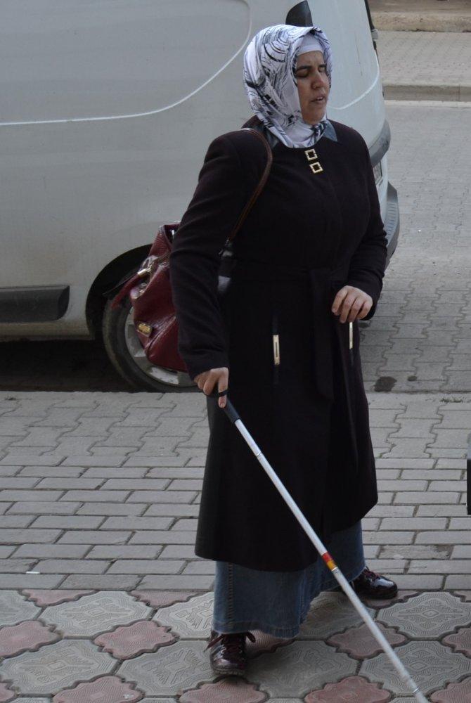 Görme engelli vatandaş, kaldırım üzerine park etmiş araçları aşamıyor
