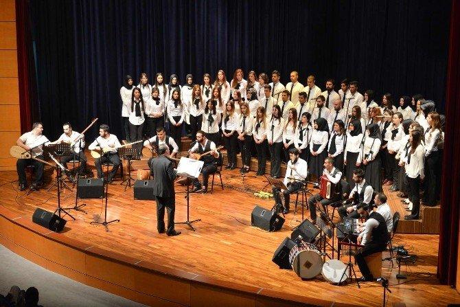 Öğrencilerden Oluşan Koro Türk Halk Müziği Seslendirdi