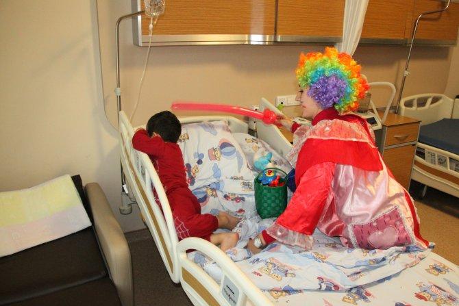 Hasta çocuklar, palyaçoyu görünce korkup ağladı