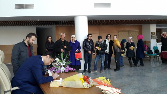 Erbaalı yazar Zafer Çon, sevenleriyle imza gününde buluştu