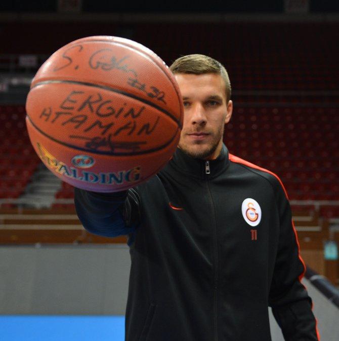Galatasaray'da Lukas Podolski, parkeye geçiş yaptı ve hünerlerini sergiledi