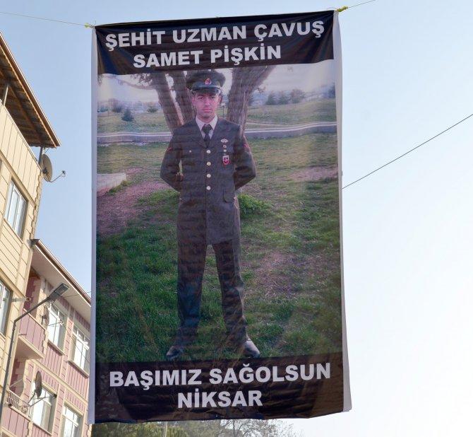 Şehidin ilçesi Niksar bayraklarla donatıldı