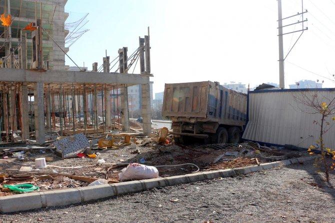 Freni boşalan kamyon 6 araca çarparak inşaat alanına girdi