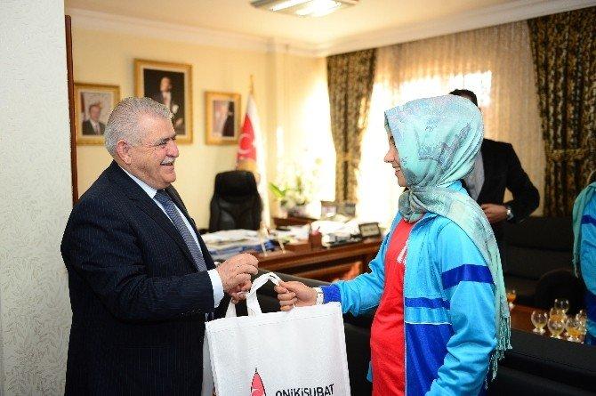 Şampiyon Kızlardan Başkan Mahçiçek'e Ziyaret