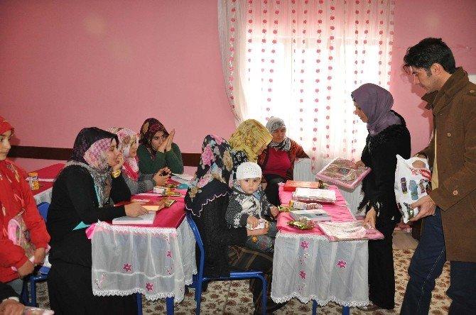 Kız Öğrencilere Kur'an-ı Kerim Eğitim Seti Dağıtıldı