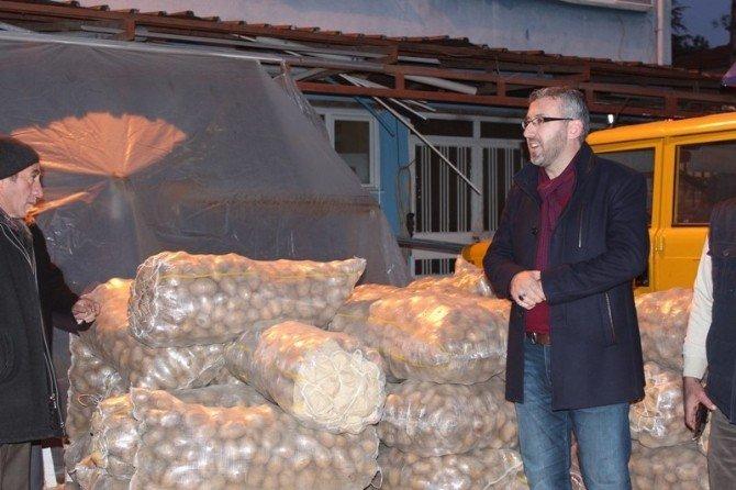 Belediye Personeline Birer Çuval Patates Hediye