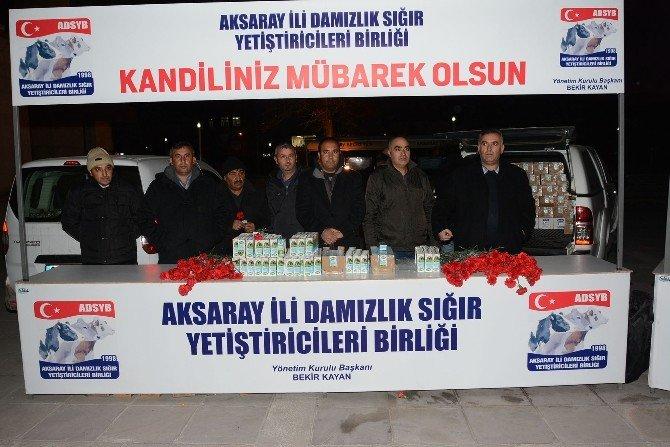 Aksaray'da Kandilde Süt Ve Karanfil Dağıtıldı