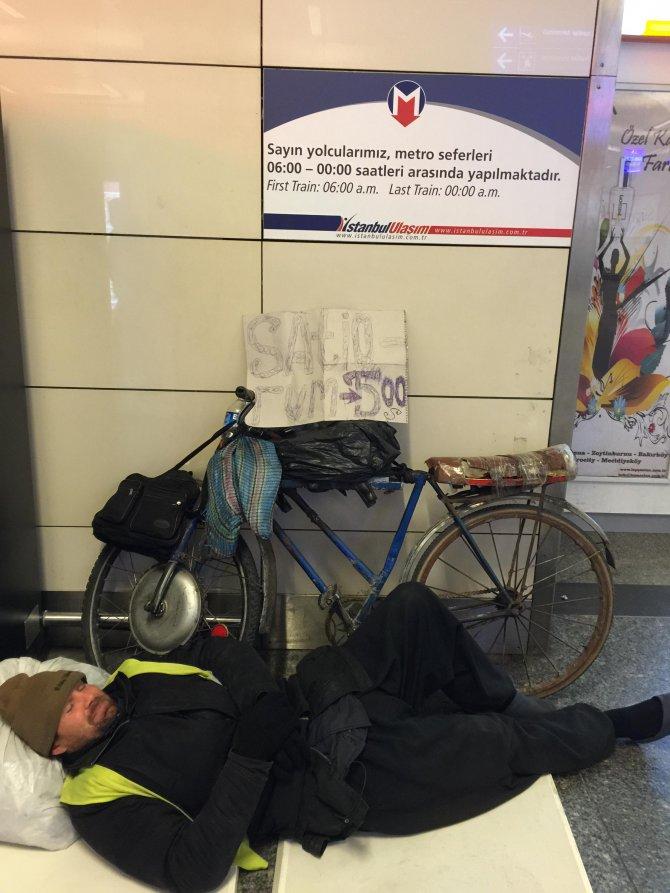 Bilet parası için hurda bisikletini havalimanında satışa çıkardı