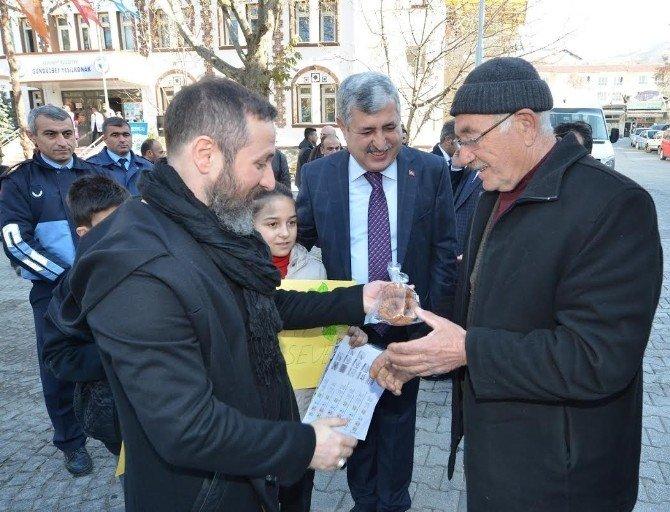 Başkan Polat Ve Sanatçı Öge, Kandil Simidi Dağıttı