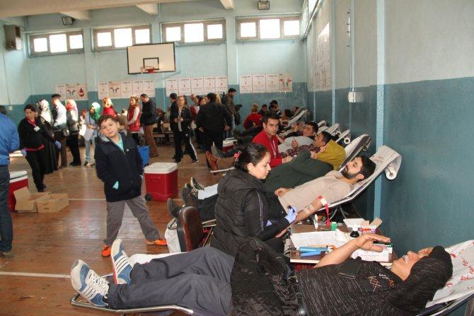 Öğretmenler, servisçiler ve okul idaresinden rekor kan bağışı