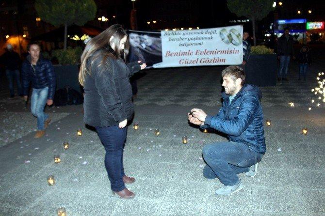 AVM Önünde Pankartlı Sürpriz Evlenme Teklifi