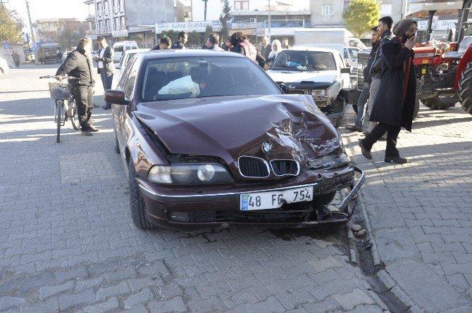 Kahta'da İki Otomobil Çarpıştı