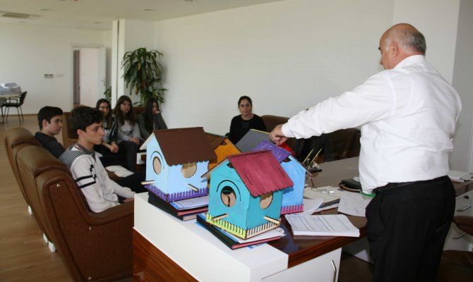 Öğrencilerin derste yaptığı küçük kulübeler kuşlara yuva olacak