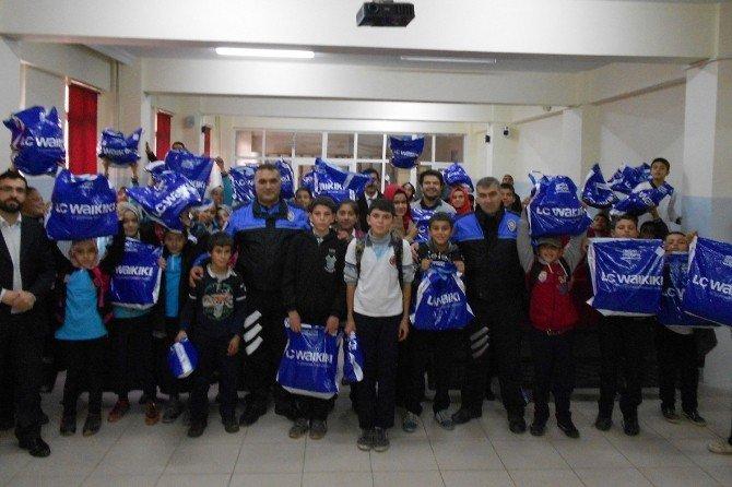 Polisler, İhtiyaç Sahibi 861 Öğrenciye Kışlık Kıyafet Dağıttı.