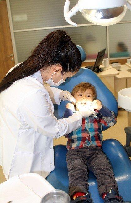 """Diş Hekimi Yasemin Bacaksız: """"Erken Çocukluk Döneminde Ballı, Bisküvili Süt Biberon İçinde Verilmemeli"""""""