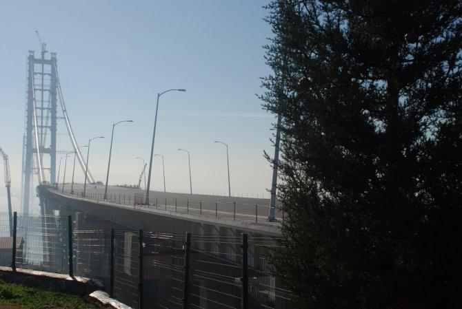 Körfez Geçiş Köprüsü'nde karadaki son tabliye yerleştirildi