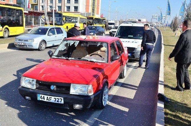 Karşıdan Karşıya Geçmek İsteyen Yaşlı Kadına Otomobil Çarptı