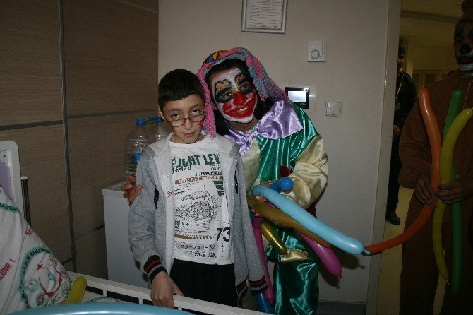 Hasta Çocuklara Palyaçolu Moral Etkinliği