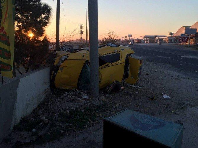 Otomobilde Sıkışan Yaralılar İtfaiye Tarafından Çıkartıldı