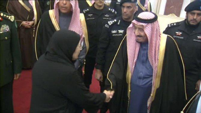 Kral Selman, ilk kez seçilen kadın üyelerle Meclis'te tokalaştı