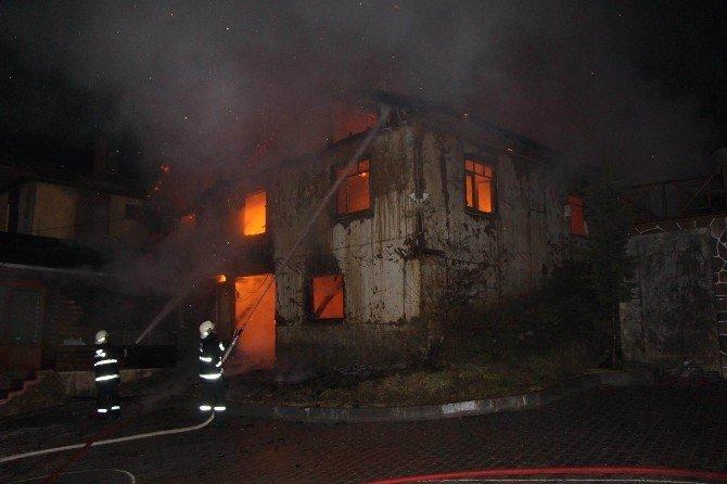 Abant Yolunda İki Katlı Ev Yanarak Kül Oldu