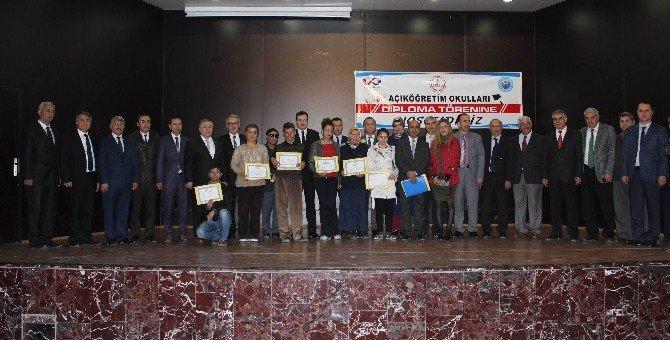 Açık Öğretim Öğrencileri Diplomalarını Aldı