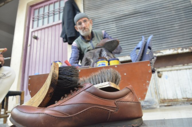 Ayakkabı boyayarak ailesini geçindiriyor