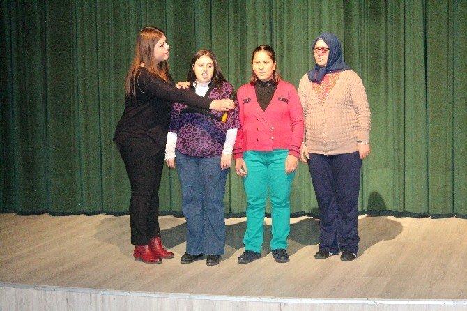 Bakım Ve Koruma Altında Bulunan Kızlardan Kahkaha Dolu Tiyatro