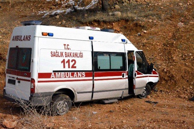 Kelkit'te Görevden Dönen Ambulans Kaza Yaptı: 2 Yaralı