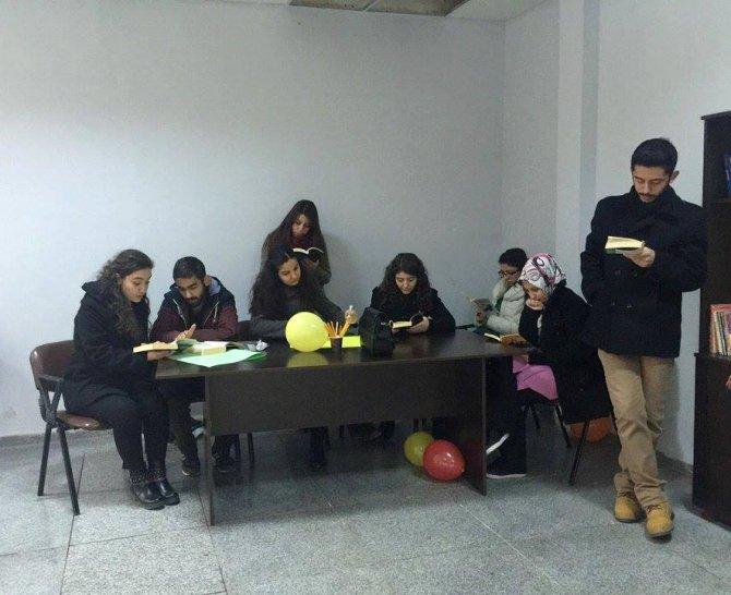 Üniversite öğrencileri, yolcuları okumaya teşvik ediyor