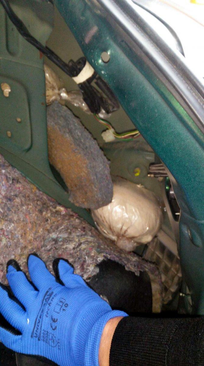 Ailecek seyahat edilen otomobilde 18 kilo eroin ele geçirildi