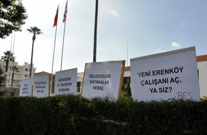 Kıbrıs'ta üç aydır maaş alamayan belediye personeli, Meclis girişine çadır kurdu