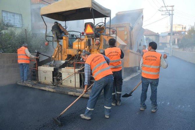 Bozulan yollarda asfaltlama çalışması yapılıyor