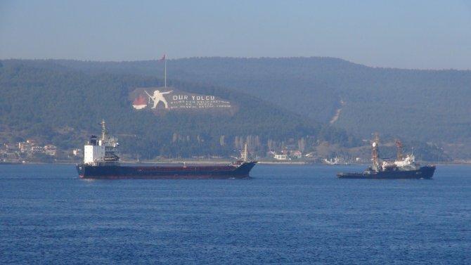 Rus askeri kargo gemisi Çanakkale Boğazı'ndan çekilerek götürüldü