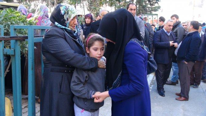 Havalimanındaki patlamada ölen annesini gözyaşıyla uğurladı