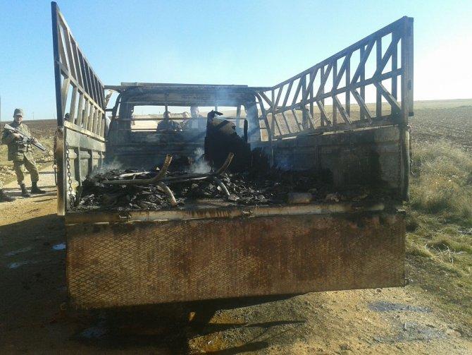 Ev eşyaları taşıyan pikap yandı