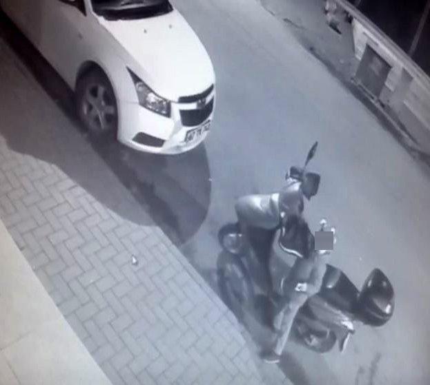 Motorun anahtarını alıp gitti, paket servisi kilitledi