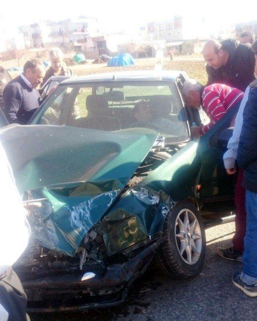 Kahta'da Minibüsle Otomobil Çarpıştı: 2 Yaralı