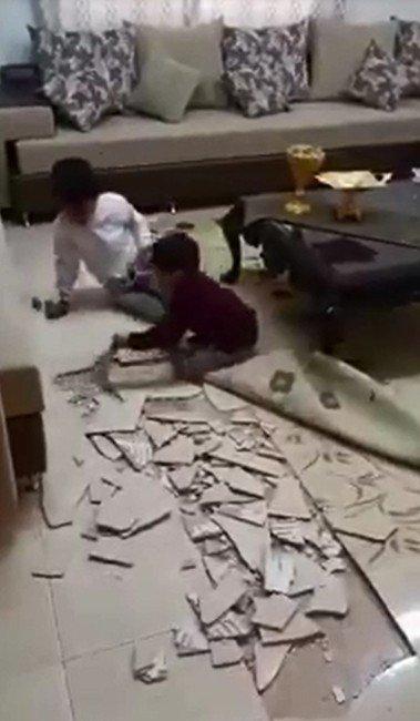 Afacan Minikler Oyunu Abartınca Evin Tabanını Yerinden Söktü