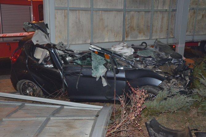 Kontrolü kaybedilen otomobil reklam tabelasına çarptı: 1 ağır yaralı