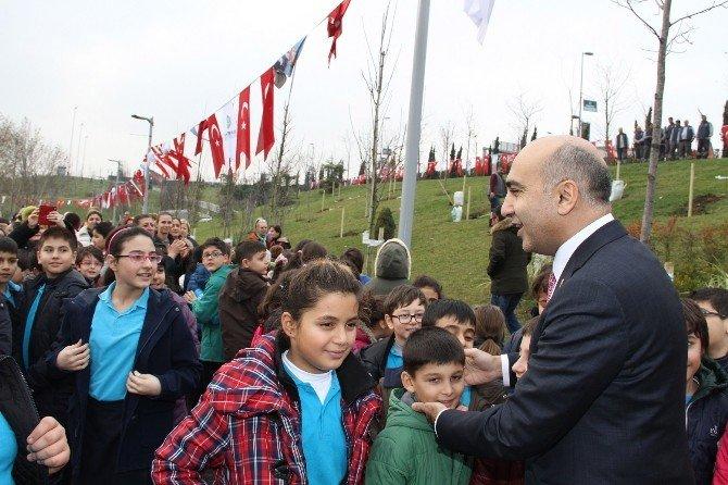 Bakırköy'de Çocuklar Meyveyi Dalından Koparıp Yiyecek