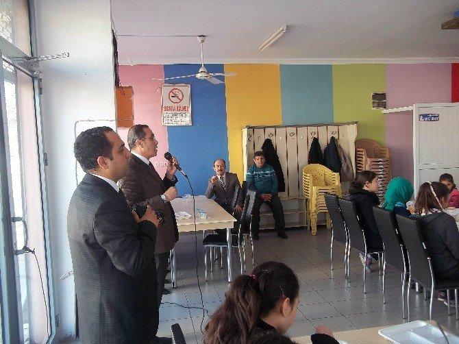 Bursluluk Sınavını Kazanan Öğrenciler Okula Yemek Verdi