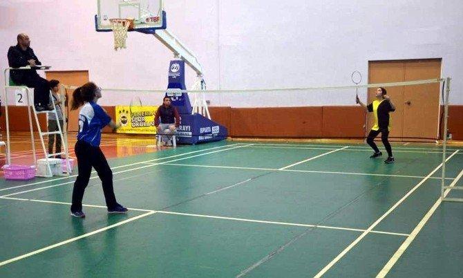 Genç Kızlar Badmintonda Şampiyon Nazilli Oldu