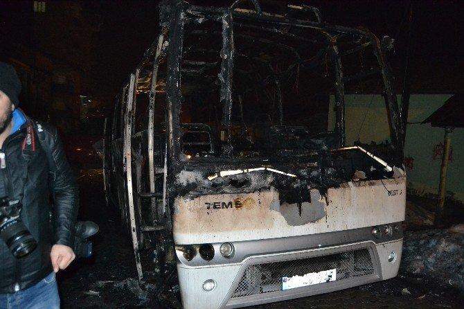 Hakkari İl Özel İdaresi'ne Ait Otobüs Ateşe Verildi